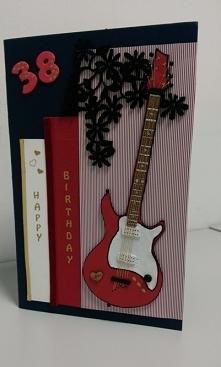 Kartka urodzinowa dla gitarzysty i kibica Liverpool'u. Gitara wykonana z tektury, gryf to drewniane patyczki do mieszania kawy, struny ze zlotej nici.