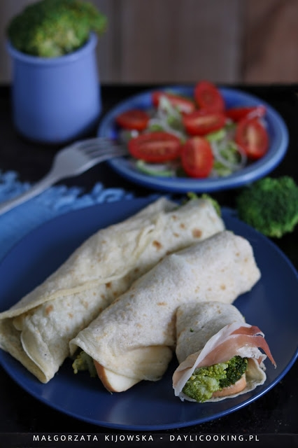 Naleśniki z brokułem, serem pleśniowym i szynką. Na zimno lub na gorąco. Sposób na wykorzystanie resztek z lodówki ;)