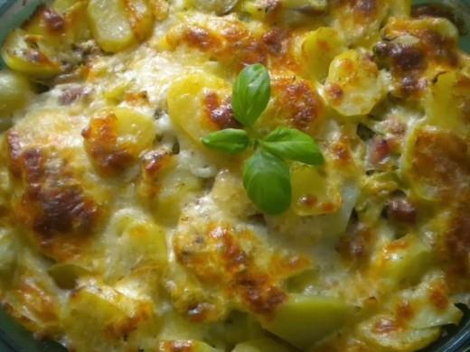 Zapiekanka ziemniaczana z brokułami i boczkiem