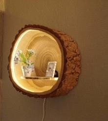 półka z pnia drzewa. oświetlenie tu pięknie współgra :)
