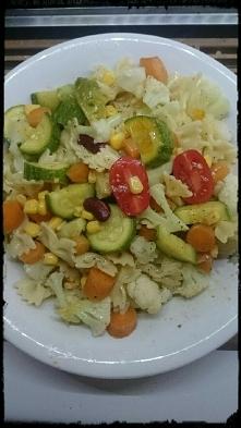 Wegan makaronowa sałatka. Gotuję warzywa na parze 10 min. Dowolny makaron. Kr...