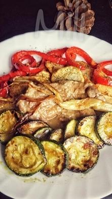 Smaczny Kawał polędwicy cielecej w sosie własnym z warzywami z płyty na olivi...