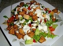 Sałatka z kurczakiem i sosem czosnkowym.  Potrzebujemy: - sałata - kurczak - ogórek - pomidory - papryka - oliwki - ser - przyprawa gyros  Sos czosnkowy: - majonez - jogurt natu...