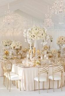 Połączenie złota i bieli. Dobre zestawienie do sali weselnej? Fot. Aaron Delesie Photographer