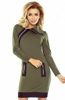 Numoco 129-7 sukienka khaki Wygodna sukienka w militarnym kolorze khaki, dopasowany fason, przód ozdobiony czarnymi zameczkami