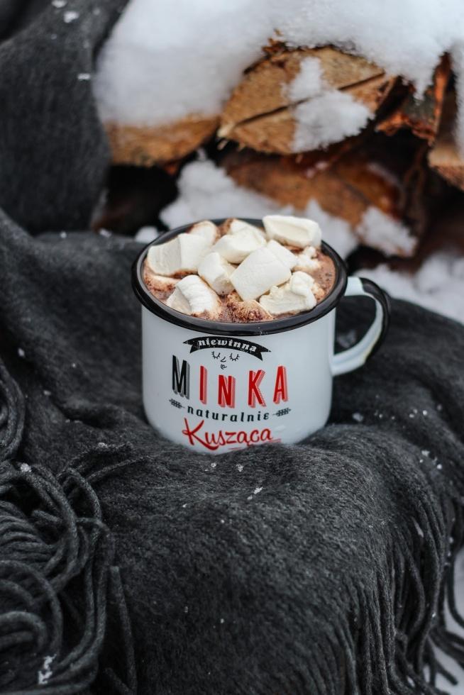 Gorąca czekolada z cynamonem i piankami - idealna na rozgrzanie. Kliknij w zdjęcie po przepis