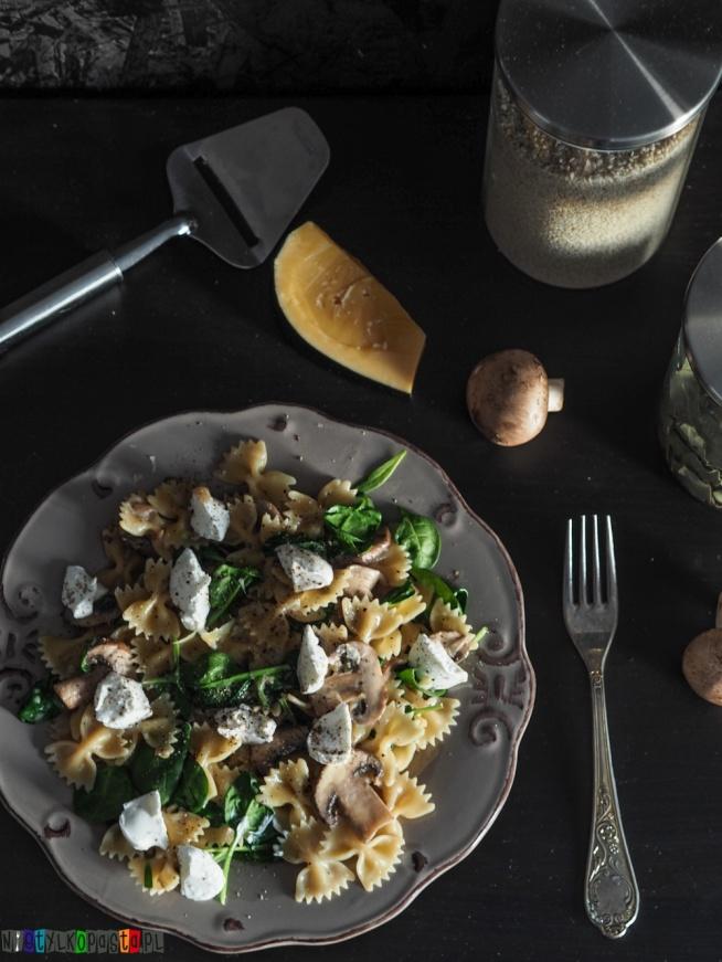 Przepis na makaron z pieczarkami i kozim serem