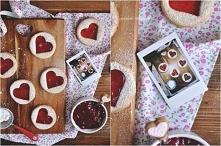 Kruche ciasteczka na Walentynki Składniki: 125g miękkiego masła 250g mąki pszennej 60g cukru 1 łyżeczka cukru waniliowego pół jajka (pół białka i pół żółtka) szczypta soli 150g ...