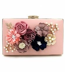 Wyjątkowa torebka w kolorze pudrowego różu z kwiatami 3D wykonanymi z materiału oraz listkami ozdobionymi perełkami. Torebka wykonana z ekoskórki, jedna strona torebki ozdobiona...
