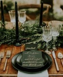 Zielone detale na stole wes...