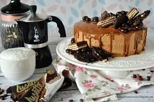 tort kawowy z czekoladą i wafelkami