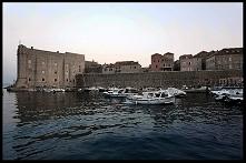 """Dubrownik to największa atrakcja turystyczna Chorwacji. Ceny zwalają z nóg, ale turystów z całego świata mnóstwo. Przeciskamy się przez tłum w poszukiwaniu śladów serialu """"..."""