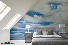 Fototapeta z błękitnym niebem i białymi obłokami na ścianę do sypialni.  Zaśn...