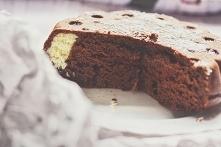 Czekoladowe ciasto bez cukru z kokosową niespodzianką.