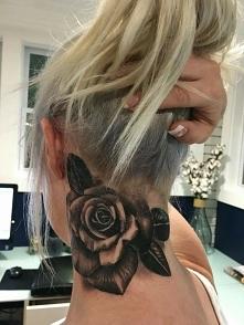 tatuaż na szyji róża