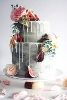 Tort ślubny z dekoracją w f...