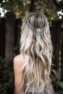 Długie, rozpuszczone włosy ...