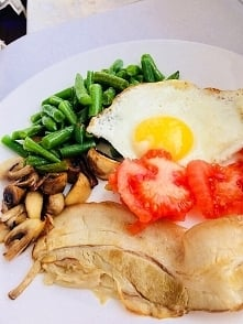 lchf / sniadanie : jajko, boczek, fasola, pieczarki,