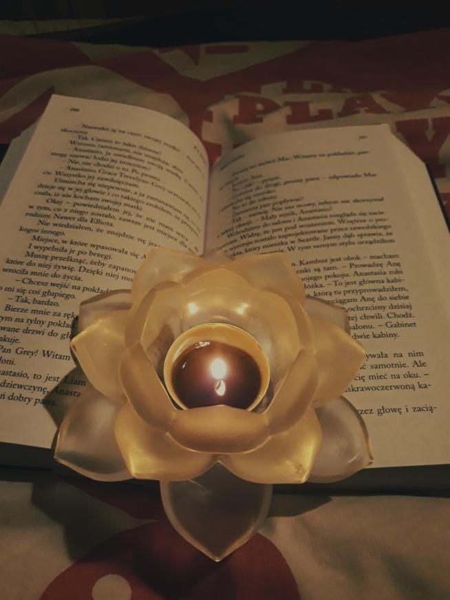 Idealny wieczór wino, książka i świece ♡♡♡