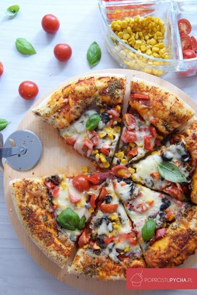 Domowa pizza z serowymi boczkami