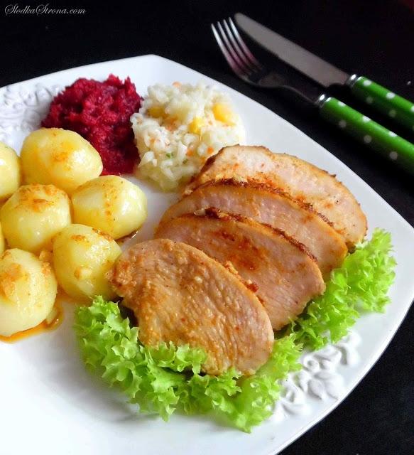 Soczysta Pierś z Kurczaka (Soczysty Kurczak) - Składniki: 2 piersi z kurczaka ok. 4 duże ząbki czosnku  przyprawy:  słodka papryka kolendra majeranek chili pieprz  kmin rzymski (opcjonalnie) sól  (jeżeli chcemy, możemy użyć gotowej mieszanki przypraw do kurczaka)  olej Soczysta Pierś z Kurczaka (Soczysty Kurczak) - Sposób przygotowania: Czosnek obieramy i kroimy w drobna kosteczkę. Do ok. 1/4 szklanki oleju dodajemy po ok. 1/3 łyżeczki każdej z przypraw i dokładnie mieszamy.   Piersi z kurczaka myjemy, osuszamy za pomocą ręczników papierowych. Następnie mięso nacieramy częścią marynaty i piersi obsmażamy na rozgrzanej patelni z niewielką ilością oleju (po ok. 2 minuty  każdej strony). Jedynie wierzch mięsa podsmażamy, środek nadal pozostanie surowy.  Następnie mięso przekładamy do brytfanki lub naczynia żaroodpornego zalewamy pozostałą marynatą, posypujemy czosnkiem, przykrywamy (wieczkiem naczynia lub folią aluminiową) i umieszczamy w piekarniku rozgrzanym do temperatury 220 stopni na ok. 40 minut (długość pieczenia zależy od wielkości piersi).  Pod koniec duszenia zdejmujemy pokrywę i jeszcze chwilę pieczemy do zrumienienia wierzchu.  Gotowego kurczaka kroimy na ok. 1-2 cm plastry. Podajemy z ziemniakami w dowolnej postaci oraz ulubionymi surówkami.