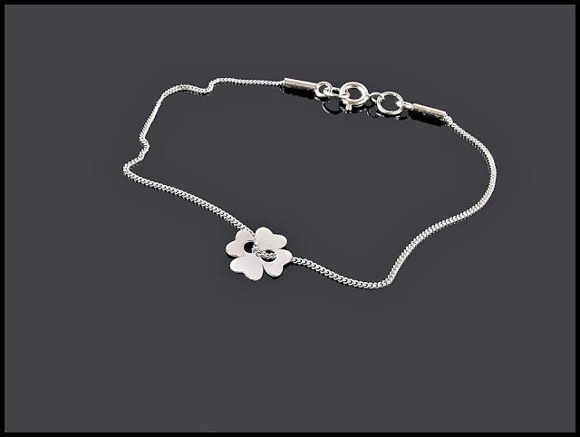 """Bransoletka z modnej serii """"cebrytek""""  w całości wykonana ze srebra próby 925  z subtelną - czterolistną koniczynką na szczęście"""