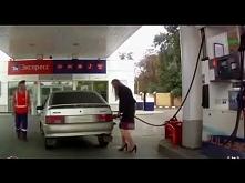 Bizneswoman na stacji benzynowej
