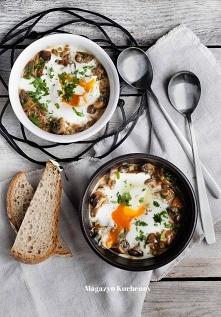 Jajka w kokilkach z grzybami, robione na parze.