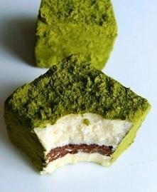 Zielone futerko, czyli...  składniki:  200g białej dobrej czekolady (w proporcji 100:100) 50g gorzkiej czekolady 250ml śmietanki 30% (w proporcji 100:50:100) 250g mleka w proszk...