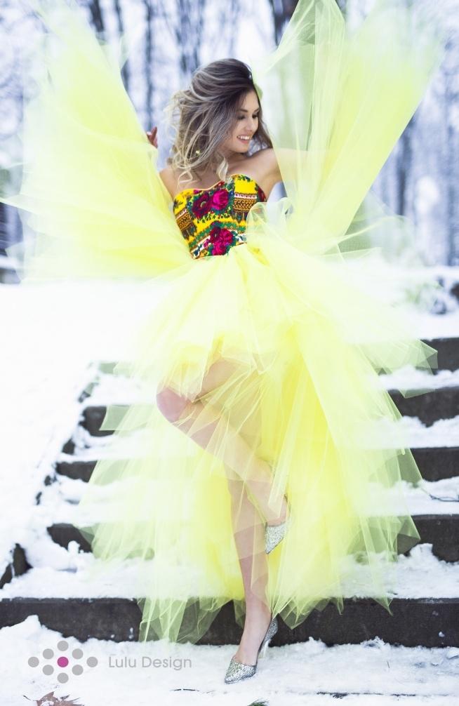 Żółta suknia Montana marki Lulu Design ze sznurowanym gorsetem i asymetrycznym dołem. Wykonana z 18 mb tiulu w energetyzującym kolorze. Suknia szyta na miarę oraz w standardowej rozmiarówce. Dzięki zakładce i sznurowaniu z tyłu sukienki łatwo wyregulujemy górę dopasowując sukienkę w biuście i pod biustem. Dostosujemy się także do wskazanych nam długości tiulu mierzonych od talii w dół, dzięki temu suknia będzie taka jak sobie życzysz <3 Na życzenie wykonujemy sukienkę w inny kolorze lub z gładkim gorsetem. Istnieje także możliwość nałożenia koronki na gorset.