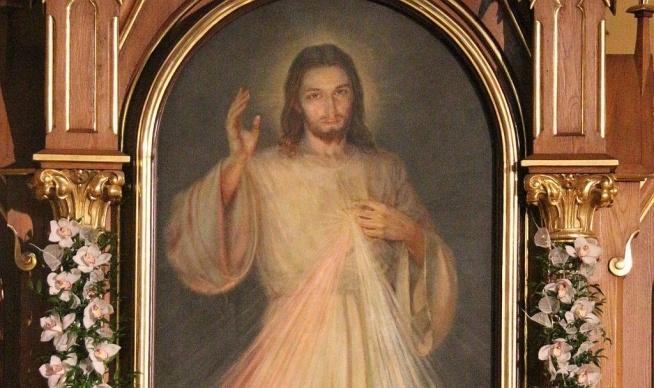 """Rocznica objawienia obrazu Jezusa Miłosiernego  Wieczorem, kiedy byłam w celi – zapisała w swym """"Dzienniczku"""" św. Siostra Faustyna –ujrzałam Pana Jezusa ubranego w szacie białej. Jedna ręka wzniesiona do błogosławieństwa, a druga dotykała szaty na piersiach. Z uchylenia szaty na piersiach wychodziły dwa wielkie promienie, jeden czerwony, a drugi blady. W milczeniu wpatrywałam się w Pana, dusza moja była przejęta bojaźnią, ale i radością wielką. – Po chwili powiedział mi Jezus: """"Wymaluj obraz według rysunku, który widzisz, z podpisem: Jezu, ufam Tobie. Pragnę, aby ten obraz czczono najpierw w kaplicy waszej i na całym świecie"""" (Dz. 47). To wydarzenie miało miejsce w celi płockiego klasztoru Zgromadzenia Sióstr Matki Bożej Miłosierdzia przy Starym Rynku 22 lutego 1931 roku. Pierwszy obraz Jezusa Miłosiernego został namalowany w Wilnie w 1934 roku pod okiem samej Siostry Faustyny w pracowni Eugeniusza Kazimirowskiego, a wystawiony do publicznej czci po raz pierwszy w Ostrej Bramie w 1935 roku. Od tego czasu powstało wiele obrazów. Najbardziej znany jest łaskami słynący obraz Jezusa Miłosiernego pędzla Adolfa Hyły z kaplicy klasztornej Zgromadzenia Sióstr Matki Bożej Miłosierdzia – Sanktuarium Bożego Miłosierdzia w Krakowie-Łagiewnikach. Obraz ten powstał pod okiem krakowskiego kierownika duchowego Apostołki Bożego Miłosierdzia – o. Józefa Andrasza SJ, który poświęcił go w święto Miłosierdzia 16 kwietnia 1944 roku. Właśnie na tym wizerunku spełniły się słowa Jezusa wypowiedziane do Siostry Faustyny przy pierwszym objawieniu: Pragnę, aby ten obraz czczono najpierw w kaplicy waszej i na całym świecie. Przed tym obrazem modlą się nie tylko pielgrzymi z całego świata, którzy fizycznie przybywają do tego świętego miejsca, ale także internauci korzystając z transmisji on-line oraz gigapikselowej prezentacji na stronie: www faustyna pl ."""