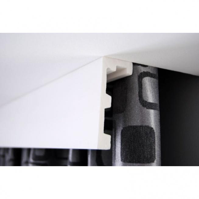 Listwa sufitowa karniszowa LK-01M biała z firmy Creativa. To nowoczesna propozycja gładkiej listwy, której zadaniem jest osłonięcie starego karnisza lub samych szyn karniszowych. Model jest pomalowany na biały kolor np. w kolorze ścian i to sprawi spójność naszej aranżacji lub jak kto woli można wybrać inny kolor, aby sztukateria się wyróżniała. Do listwy jest możliwość zastosowania taśmy LED. Dekorplanet.pl