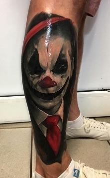 klaun tatuaż na nodze