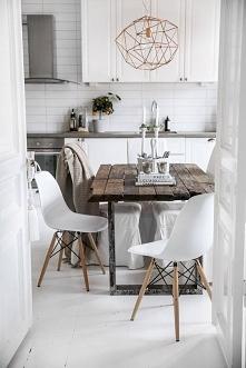 drewniany stół w nowoczesnej kuchni.. nadaje charakteru, w moim stylu :)