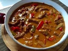 Składniki: 0,5 kg wołowiny (w ekonomicznej wersji wołowinę można zastąpić chudą wieprzowiną) 1 cebula 2 ząbki czosnku 15 dkg pieczarek 2-3 szklanki bulionu lub wody 1 czerwona p...