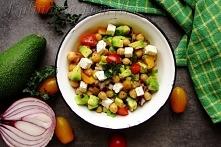Sałatka z ciecierzycy, pomidorków cherry, awokado i sera feta