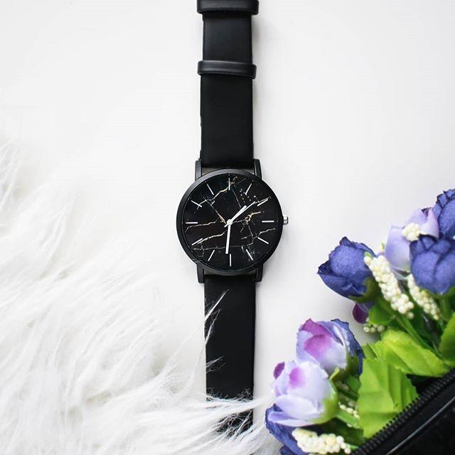 Kolejna rzecz dołączyła do mojej kolekcji ❤ Tym razem to prosty, czarny zegarek z marmurowym nadrukiem na tarczy