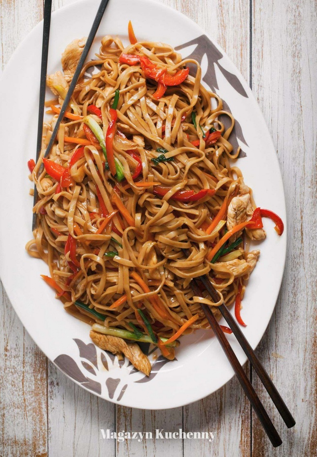 Nie drogo i smacznie. Makaron chow mein z kurczakiem i warzywami. Przepis po kliknięciu w zdjęcie.