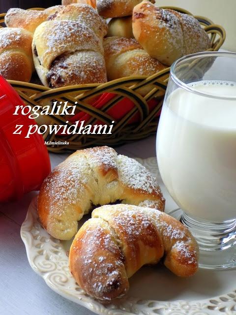 rogaliki z powidłami        500 g mąki     1 szklanka ciepłego mleka     40 g drożdży świeżych     3 łyżki cukru     100 g stopionego masła     4 żółtka     jajko     słoiczek powideł śliwkowych     cukier puder do posypania    Mąkę przesiać. Masło rozpuścić. Drożdże zalać mlekiem, dodać łyżkę mąki i łyżkę cukru, wymieszać i odstawić na kilka minut. Następnie dodać rozczyn do mąki, wrzucić żółtka, wsypać cukier i sól. Zacząć wyrabiać, kiedy składniki się połączą wlać wystudzone masło. Wszystko razem wyrobić na gładkie elastyczne ciasto. Przykryć ściereczką i odstawić w ciepłe miejsce do wyrośnięcia.   Wyrośnięte ciasto podzielić na połowę. Każdą część rozwałkować na kształt koła a następnie podzielić je na 10 trójkątów. Na każdym rozsmarować nadzienie i zwinąć w rogalik. Posmarować rozbełtanym jajkiem. Wstawić do piekarnika nagrzanego do 200*C i piec około 20 minut. Po wystudzeniu posypać cukrem pudrem.