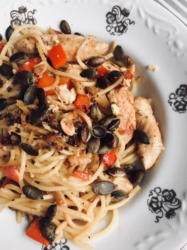 Pyszny makaron z kurczakiem posypany prażonymi pestkami dyni. :)  Składniki: - polędwiczki z kurczaka - pół papryki czerwonej - 1 duża pieczarka - 2 łyżki sosu sojowego - sól, pieprz - spaghetti - olej sezamowy - 2 garści pestek dyni - rozmieszane jajko - cebula dymka  Sposób przygotowania: Makaron ugotuj zgodnie z przepisem i odcedź. Pestki dyni upraż na suchej patelni i wrzuć do miseczki. Polędwiczki (ja dla 2 osób wzięłam 6 sztuk) przekrój wzdłuż i dopraw solą i pieprzem. Cebulę pokrój w piórka, a paprykę i pieczarkę w kostkę. Na patelnię wrzuć kurczaka, a gdy się zarumieni dodaj cebulę. Następnie dodaj paprykę i pieczarki i podsmażaj wszystko mieszając co chwila. Na koniec dodaj makaron, sos sojowy i jajko, Mieszaj i zasmaż. Podawaj posypane prażonymi pestkami dyni.  Smacznego :)
