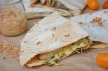 Zapiekane tortille z pieczarkami i grillowanym kurczakiem w świeżych ziołach