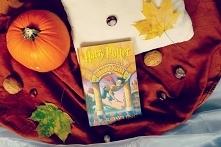 Harry Potter jest podrzutkiem. Mieszka u swojego wujostwa, ale nie jest tam m...