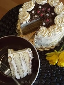 Tort Tiramisu  W smaku jest bardziej wytrawny, mało słodki, z lekką nutką alkoholu...  8 porcje 120min Średni   Biszkopt: 4 jajka (w temperaturze pokojowej) 130 g cukru 100 g mą...