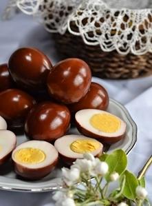 Jajka marynowane w zalewie  zalewa:  – 1,5 szklanki wody (szklanka poj. 250 ml) – 0,25 szklanki czerwonego octu winnego – 0,5 szklanki octu balsamicznego – 3 łyżki cukru lub mio...