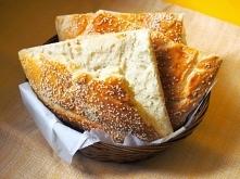 600g mąki pszennej 250ml ciepłej wody 50g drożdży 1 łyżeczka cukru 150g jogurtu naturalnego 1 łyżeczka soli 2 łyżki oleju 1 jajko do posmarowania sezam   1. Do ciepłej wody doda...
