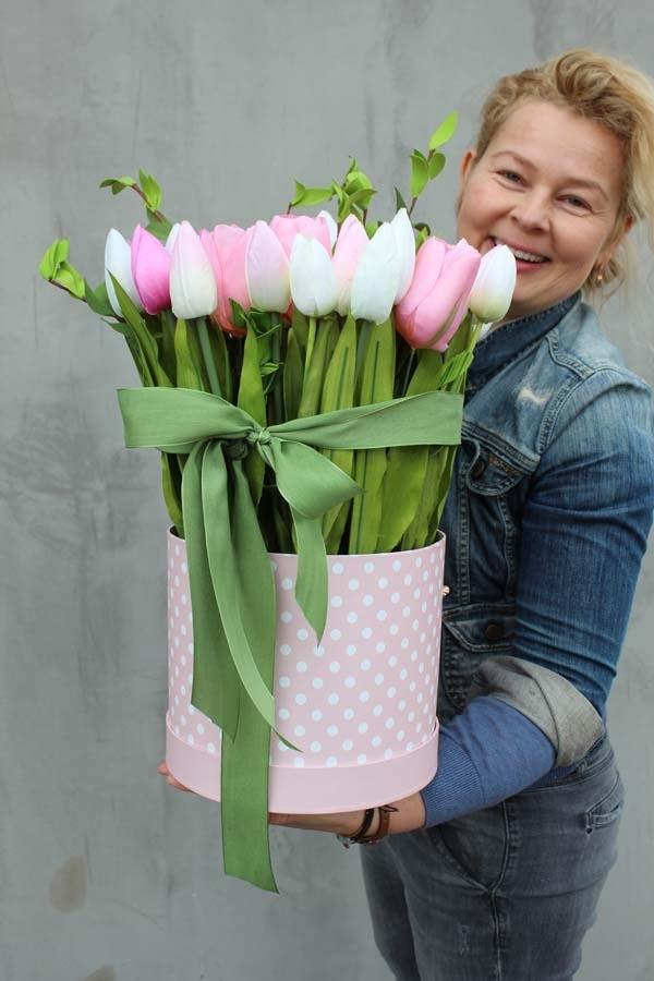 flower boxy z tulipanami - piękna wielkanocna dekoracja stołu