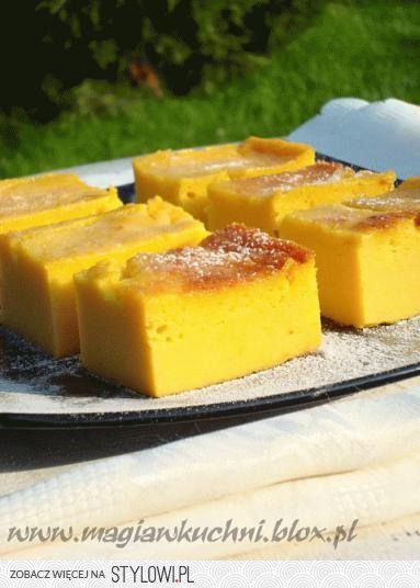 Ciasto dyniowo-pomarańczowe  Bardzo mokre ciasto dyniowe ma w zasadzie smak sernika, najsmaczniejsze schłodzone przez noc w lodówce. Mocno wyczuwalny smak pomarańczy.   forma 23x23 cm  800 g dyni 100 ml kwaśnej śmietany 160 g białego cukru 2 czubate łyżki miodu 180 g maki kukurydzianej 4 jajka 2 łyżki ekstraktu waniliowego 2 pomarańcze 60 g masła  Dynie pokroić w kostkę, przełożyć do garnka następnie zetrzeć do niej skórkę z jednej pomarańczy i wycisnąć sok. Dusić pod przykryciem aż zmięknie - zdjąć pokrywkę i odparować. Dynię lekko przestudzić, do ciepłej dodać masło, ekstrakt waniliowy lub pomarańczowy i zmiksować blenderem na jednolita masę. Jajka ubić lekko w osobnej misce - i odstawić. Do dyni zetrzeć skórę z drugiej pomarańczy i wycisnąć sok do dyni - wsypać cukier,miód i miksując dodawać po kolei śmietanę oraz ubite jajka na koniec dodać mąkę i zmiksować. Ciasto wylać do formy wyłożonej folią aluminiową i piec w nagrzanym piekarniku 180 C ok 40- 50 minut. Gdy ciasto będzie się przypiekało przykryć folia aluminiową. Po upieczeniu uchylić piekarnik i przestudzić ciasto następnie wstawić do lodówki na noc.  Podawać posypane delikatnie cukrem pudrem lub polane lukrem pomarańczowym.
