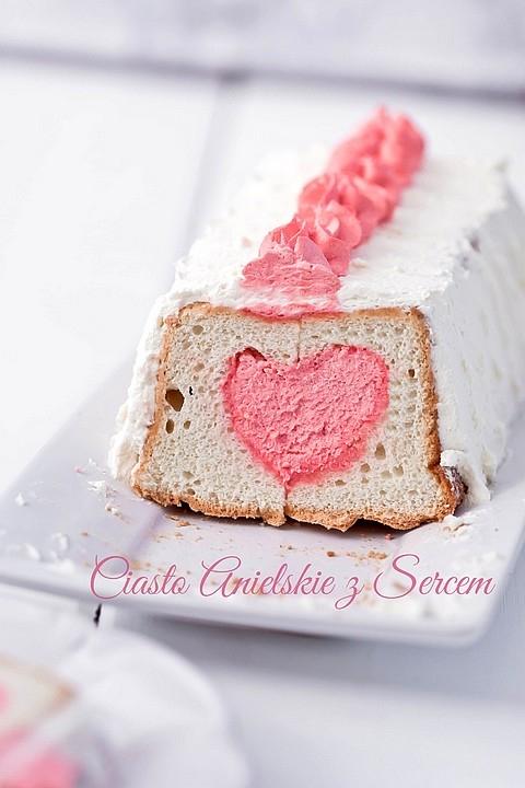 Angel Food Cake - anielskie ciasto na białkach  Uwaga: 1 szklanka ma pojemność 250 ml.  Składniki na 1 keksówkę:      3/4 szklanki i 2 łyżki mąki pszennej tortowej     1 szklanka drobnego cukru do wypieków     1 szklanka białek (z 7 - 10 jajek w zależności od rozmiaru)     1/4 łyżeczki soli     1 łyżeczka świeżo wyciśniętego soku z cytryny     1 łyżeczka winianu potasu (cream of tartar) - niekoniecznie*  Przed rozpoczęciem wykonania ciasta warto dokładnie obejrzeć film na YouTube (dużo pomaga!)  Wszystkie składniki powinny być w temperaturze pokojowej.  1/3 szklanki cukru wymieszać z mąką, przesiać, odłożyć.  W misie miksera umieścić białka. Ubijać, na średnich obrotach do momentu spienienia się białek, przez około 40 - 60 sekund. Dodać sól i sok z cytryny. Zwiększyć trochę prędkość i ubijać do momentu uzyskania prawie sztywnej piany z białek, przez 1,5 - 2,5 minuty. Piana nie może być zbyt sztywna.  Zmniejszyć obroty miksera na najwolniejsze i wolno dosypać resztę cukru, cały czas ubijając. Zwiększyć obroty i ubijać przez chwilę do momentu uzyskania sztywnej piany (i jeszcze raz: nie tak sztywnej, jak przy bezach i nie suchej).  Do powstałej piany w pięciu turach dodawać przesianą mąkę z cukrem, delikatnie mieszając szpatułką do połączenia po każdym dodaniu. Białka nie powinny opaść.  Przygotować keksówkę o wymiarach 30 x 11 cm. Formy nie wolno smarować tłuszczem, wysypywać mąką lub wykładać papierem do pieczenia. Keksówka powinna być sucha, by białka mogły się do niej przykleić i by ciasto nie opadło. Można również użyć charakterystycznej dla Angel Food Cake formy z kominem.**  Masę białkową przełożyć do formy. Kilka razy surowe ciasto 'przeciąć' nożem w formie (ma to na celu usunięcie dużych pęcherzy powietrza), wyrównać.  Piec w temperaturze 180 - 190ºC przez około 45 minut. Ciasto powinno wyrosnąć ponad foremkę, a pod sam koniec pieczenia (10 - 15 minut przed końcem) może opaść do jej poziomu. Może również popękać. Podczas pieczenia nie wolno otwierać piekarnik