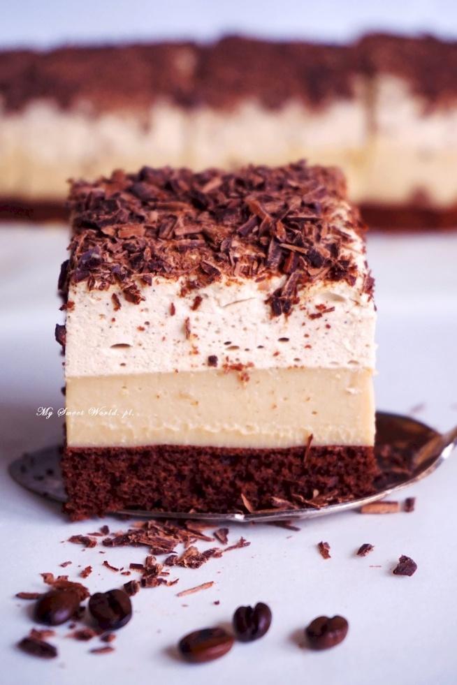 """""""Mokka""""- najlepsze ciasto kawowe   Składniki na kwadratową blaszkę o wymiarach około 25 na 25 cm:   na biszkopt: 3 jajka + szczypta soli 1 łyżka kawy rozpuszczalnej w proszku 100 g cukru 30 g gorzkiego kakao 75 g mąki tortowej na masę budyniową: 3 szklanki mleka 200 g masła 3 łyżki cukru 2 budynie o smaku karmelu lub toffi bez cukru*  *Jeżeli nie uda się Wam kupić takich budyniów, można użyć zwykłych śmietankowych i dodać do nich 2 łyżki kawy rozpuszczalnej  na masę śmietankowo-kawową: 1 łyżka kawy rozpuszczalnej w proszku 1 łyżka kawy mielonej- można pominąć, ale lepiej dodać ;) 1/3 szklanki wrzątku 2 łyżki żelatyny 750 ml śmietany kremówki 30% (dobrze schłodzonej) 3 łyżki cukru pudru + 1 tabliczka gorzkiej lub mlecznej czekolady   Piekarnik rozgrzać do 160 stopni C. Dno blaszki wyłożyć papierem do pieczenia. Boków nie smarować. Dokładnie oddzielone białka od żółtek umieścić w misce, dodać szczyptę soli i ubić na sztywną pianę (ale nie przebić białek). Strużką wsypywać cukier wymieszany z kawą rozpuszczalną w proszku, cały czas ubijając. Dodać żółtka i dalej ubijać. Do piany przesiać przez sitko kakao z mąką i wymieszać delikatnie, ale dokładnie całość. Ja to robię wyłączonym mikserem. Przełożyć pianę do  blaszki, wyrównać. Piec przez około 20 minut. Wyjąć, upuścić biszkopt (razem z blaszką) dwukrotnie z wysokości około 30 cm na przygotowaną deskę- dzięki temu biszkopt nie opadnie. Wystudzić w temperaturze pokojowej.  Przygotować masę budyniową. W rondelku umieścić 2 szklanki mleka oraz pokrojone na kawałki masło, podgrzewać na średnim ogniu, aż masło się rozpuści, następnie doprowadzić do wrzenia.  W międzyczasie w innym naczyniu wymieszać dokładnie pozostałą jedną szklankę mleka razem z cukrem, proszkiem budyniowym  (i kawą jeżeli użyjemy budyniów śmietankowych).  Gdy mleko w rondelku zacznie wrzeć wlać do niego mieszankę budyniową cały czas energicznie mieszając rózgą kuchenną (by nie zrobiły się grudki). Odrazu przelać gorącą masę na biszkopt i wyrównać- masa s"""
