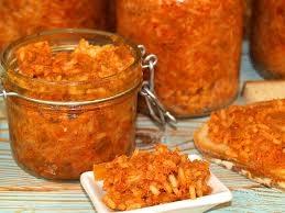 Paprykarz Składniki: 2szt. wędzonej makreli torebka ryżu 100g 3 cebule 2 ząbki czosnku 2 papryczki chili 2 marchewki 1 słoiczek koncentratu pomidorowego 1 kartonik przecieru pomidorowego papryka ostra i słodka w proszku do smaku pieprz czarny,ziołowy do smaku sól Ryż gotujemy w osolonej wodzie ok 7min od zagotowania wody. Studzimy.Z ryb usuwamy skórę, ości, a mięso rozdrabniamy widelcem. Drobno kroimy cebulę i szklimy ją na 3 łyżkach oleju. Obraną marchew ścieramy na tarce. Drobno kroimy papryczki chili, czosnek i dodajemy do smażącej się cebuli razem z tartą marchewką. Warzywa smażymy około 10 minut. Do warzyw dodajemy pomidory z puszki, koncentrat pomidorowy. Dusimy na małym ogniu, aż warzywa będą miękkie, a płyn z pomidorów zredukuje się i powstanie gęsty sos. Przyprawiamy solą, pieprzem, słodką i ostrą papryką. Do lekko przestudzonych warzyw dodajemy ryż i mięso z ryb. Dokładnie mieszamy i w razie potrzeby przyprawiamy do smaku. Słoiki z paprykarzem do szybkowara na 30min SMACZNEGO